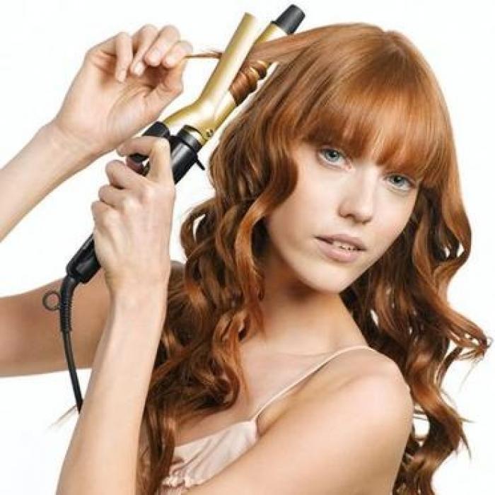 Как завить волосы щипцами. Шаг 3 Отступая примерно 10 см от корней